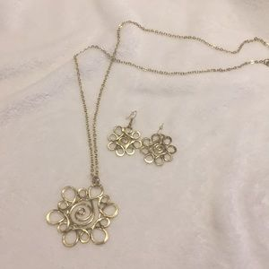 Necklace and earrings set in gold tone
